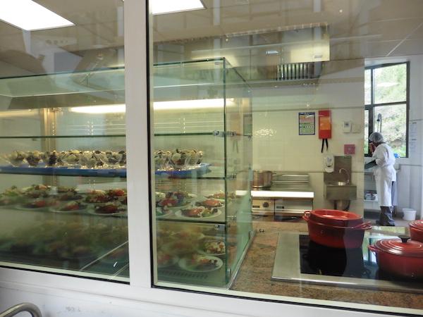 Fondation-GSF-rez-de-chaussee-cuisine-preparation-sur-place
